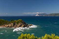 Cabo rocoso rodeado por las ondas del mar Fotos de archivo libres de regalías