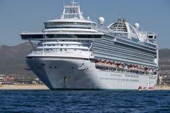 CABO SAN LUCAS, МЕКСИКА - 25-ОЕ ЯНВАРЯ 2018 - туристическое судно около берега стоковая фотография