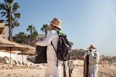 Cabo San Lucas, BCS, Mexico - 11 februari, 2017: Mexicaanse venters die goedkope goederen en trinkets op het strand in Cabo San v stock foto's