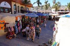 CABO SAN LUCAS, MÉXICO - 25 de janeiro de 2018 - cidade da Costa do Pacífico é aglomerado do turista foto de stock