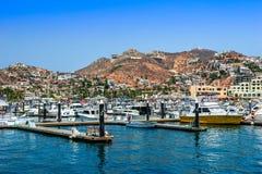 Cabo San Lucas/Mexico - Augusti 13, 2007: Sikten på hamnen med många seglar förankrat vid pir fotografering för bildbyråer
