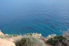 Cabo Sounion da parte do sul do continente Grécia 06 20 2014 Paisagem marinha e paisagem da vegetação do deserto do Fotografia de Stock Royalty Free
