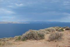 Cabo Sounion da parte do sul do continente Grécia 06 20 2014 Paisagem marinha e paisagem da vegetação do deserto do Fotos de Stock Royalty Free