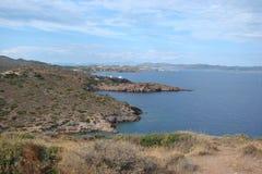 Cabo Sounion da parte do sul do continente Grécia 06 20 2014 Paisagem marinha e paisagem da vegetação do deserto do Imagem de Stock