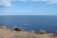 Cabo Sounion da parte do sul do continente Grécia 06 20 2014 Paisagem marinha e paisagem da vegetação do deserto do Fotos de Stock