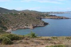 Cabo Sounion da parte do sul do continente Grécia 06 20 2014 Paisagem marinha e paisagem da vegetação do deserto do Imagens de Stock Royalty Free