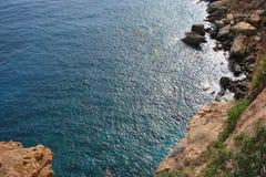 Cabo Sounion da parte do sul do continente Grécia 06 20 2014 Paisagem marinha e paisagem da vegetação do deserto do Fotografia de Stock
