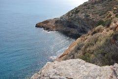Cabo Sounion da parte do sul do continente Grécia 06 20 2014 Paisagem marinha e paisagem da vegetação do deserto do Foto de Stock Royalty Free