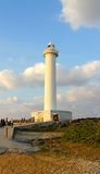Cabo Zampa do farol, vila de Yomitan, Okinawa Japan no por do sol imagens de stock