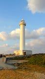 Cabo Zampa, pueblo de Yomitan, Okinawa Japan del faro en la puesta del sol imagenes de archivo