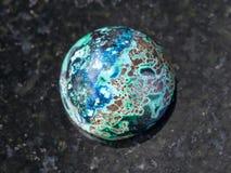 Cabochon från den Chrysocolla gemstonen på mörker Fotografering för Bildbyråer