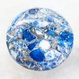 cabochon von gepresstem Lazurite-Stein auf Weiß Lizenzfreie Stockfotografie