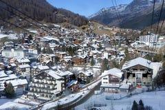 Cabografe elevadores de esqui no fundo da estância de esqui a mais popular da Saas-taxa Imagem de Stock