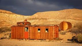 Caboose rojo abandonado en pueblo fantasma de la riolita Foto de archivo libre de regalías