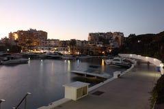 Cabopino海滨广场在黄昏的。 西班牙 库存照片