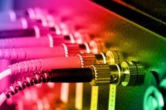 Cabos óticos da fibra conectados a um interruptor fotos de stock