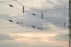 Cabos aéreos de uma estrada de ferro fotografia de stock