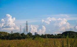 Cabos altos do poder e da eletricidade da transmissão foto de stock
