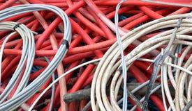 Cabos bondes de alta tensão abandonados e outros cabos de alimentação Foto de Stock Royalty Free