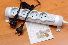 Cabos bondes desligado da tira do poder, conta da eletricidade Fotografia de Stock Royalty Free