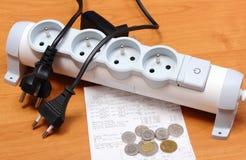 Cabos bondes desligado da tira do poder, conta da eletricidade Fotografia de Stock