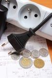 Cabos bondes desligado da tira do poder e da conta da eletricidade com moedas Fotografia de Stock Royalty Free
