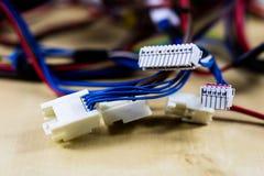 Cabos bondes, tomadas e conectores em uma tabela de madeira da oficina imagem de stock royalty free