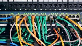 Cabos coloridos múltiplos conectados ao bloco do servidor filme
