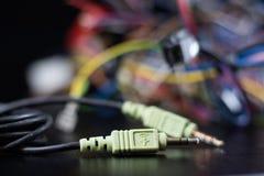 Cabos complicados velhos, eletrônica e conectores de cabo velhos na fotografia de stock