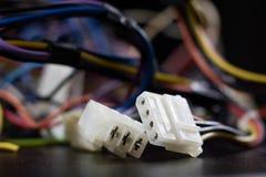 Cabos complicados velhos, eletrônica e conectores de cabo velhos na imagens de stock royalty free