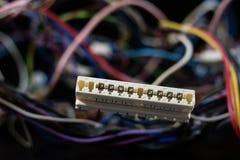 Cabos complicados velhos, eletrônica e conectores de cabo velhos na imagem de stock