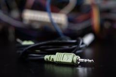 Cabos complicados velhos, eletrônica e conectores de cabo velhos na imagem de stock royalty free