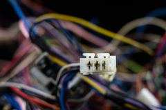 Cabos complicados velhos, eletrônica e conectores de cabo velhos na imagens de stock