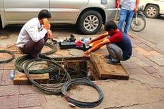 Cabos da fixação do eletricista na rua Fotos de Stock Royalty Free