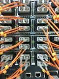 Cabos de fibra ótica com os conectores no grupo fotos de stock