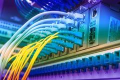 Cabos de fibra ótica conectados imagens de stock royalty free