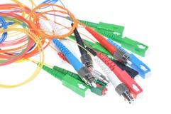 Cabos de fibra ótica e conectores de redes de telecomunicação fotos de stock