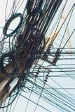 Cabos de fios desarrumados loucos do caos em polos elétricos imagens de stock royalty free