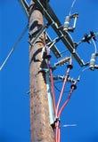 Cabos distribuidores de corrente elétricos. foto de stock