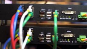 Cabos e conexões no servidor de rede A cremalheira do servidor e o cubo da rede cabografam com luzes de cintilação filme