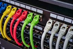 Cabos ethernet coloridos da telecomunicação colorida conectados ao interruptor no Internet Data Center foto de stock royalty free