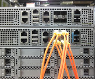 Cabos ethernet da telecomunicação conectados ao interruptor do Internet Fotos de Stock Royalty Free