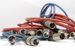 Cabos vermelhos e azuis com conectores de XLR imagem de stock
