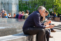 Cabot Square i Canary Wharf packade med folk som sitter och äter Royaltyfria Foton