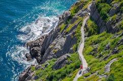 Cabot Trail met wandelaars die in vorm blijven, die in St John& x27 lopen; s, Newfoundland stock foto