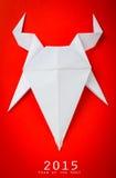 Cabra de papel do origâmi no fundo vermelho Fotografia de Stock Royalty Free
