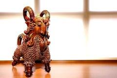 Cabra decorativa feita fora da argila Carneiros contra uma janela foto de stock royalty free