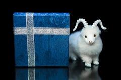 Cabra ou carneiros com caixa de presente Imagens de Stock Royalty Free