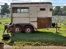 Cabra perto de um reboque dos rebanhos animais em uma feira de condado, Pensilvânia, EUA foto de stock