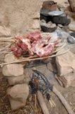 Cabra que cocina sobre un fuego en una aldea de Dogon Fotos de archivo